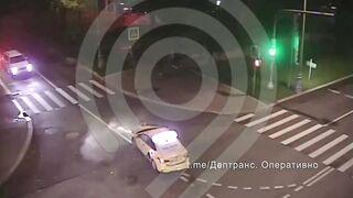 Два мотоциклиста врезались в такси на перекрестке