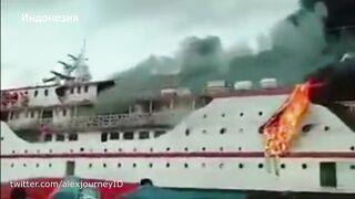 Паром с сотнями пассажиров загорелся в Индонезии