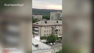 полицейский открыл стрельбу по прохожим в Екатеринбурге.