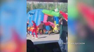 аттракцион с детьми взлетел и унесло ветром