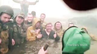 Пожарные десантники спаслись от огненного вихря в реке при пожаре