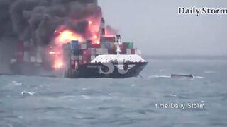 Взрыв на корабле с химикатами