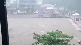 Разрушительное наводнение и оползни  в Индии: поток сносит дома